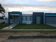 Maison bleue à Puerto Rico avec la joie de mot photos libres de droits