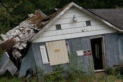 Maison bleue abandonnée Photographie stock libre de droits