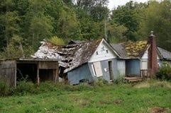 Maison bleue abandonnée Image stock