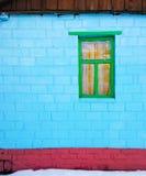 Maison bleue et fenêtre verte photo stock