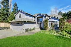 Maison bleue traditionnelle extérieure dans Puyallup avec la voie de garage en bois Image stock