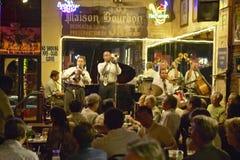 Maison Bourbon Jazz Club com faixa de Dixieland e jogador de trombeta que executa na noite no bairro francês em Nova Orleães, Lou Fotos de Stock