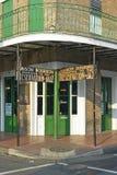 Maison bourbon Jazz Club med gröna dörrar i morgonljus av den franska fjärdedelen i New Orleans, Louisiana arkivbild
