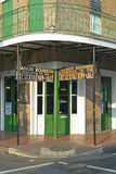 Maison Bourbon Jazz Club mit grünen Türen im Morgenlicht des französischen Viertels in New Orleans, Louisiana Stockfotografie