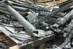 Maison brûlée dans le vieux village Photo stock