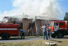 Maison brûlante Firetrucks, maison de dégâts causés par le feu et sapeurs-pompiers rouges La Chambre brûlent vers le bas images libres de droits