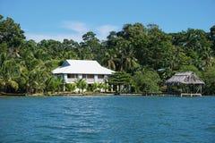Maison côtière et hutte au-dessus de l'eau au Panama Photo stock