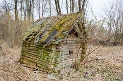Maison cassée ruinée et délabrée vieux vieil petit en bois délabré abandonné de village des faisceaux, rondins et bâtons couverts Images libres de droits