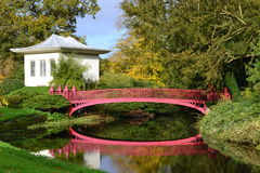 Maison chinoise et pont rouge Photos stock