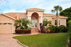 Maison classieuse avec l'aménagement tropical luxueux Photo stock