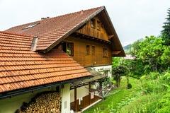Maison classique alpine merveilleuse Photographie stock libre de droits