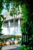 Maison coloniale blanche avec la verdure photo stock