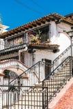 Maison coloniale de style dans le flanc de coteau de Puerto Vallarta images stock