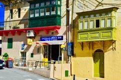 Maison colorée, boutique de café/thé à Malte Images stock