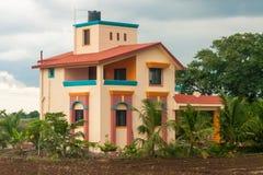 Maison colorée dans la campagne dans l'Inde Photo stock