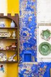 Maison colorée et exposition traditionnelle de plats Image libre de droits