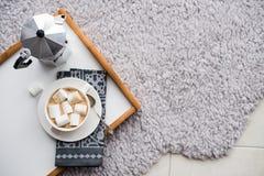 Maison confortable chaude Plateau et tasse de café avec des guimauves Image stock