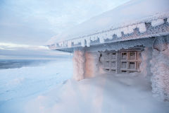 Maison congelée en Finlande derrière le cercle polaire Photographie stock libre de droits