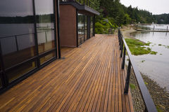 Maison contemporaine de bord de mer de planche de plate-forme de patio de l'eau en bois de plage photo stock