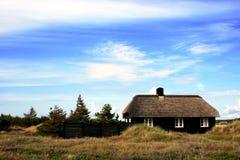 Maison couverte de chaume photographie stock libre de droits