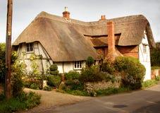 Maison couverte de chaume anglaise de village image stock