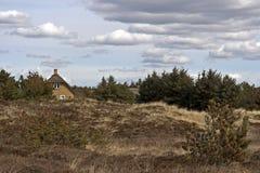 Maison couverte de chaume dans les landes photos stock