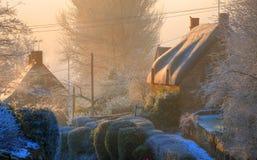 Maison couverte de chaume en hivers, Cotswolds, Angleterre. images stock