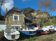 Maison couverte de chaume par la mer photo libre de droits