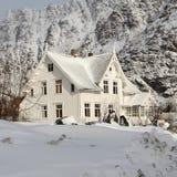 maison couverte de neige dans les montagnes photo stock