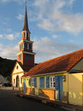 Maison créole traditionnelle près de l'église image stock