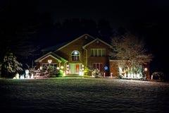 Maison décorée pour Noël la nuit photographie stock