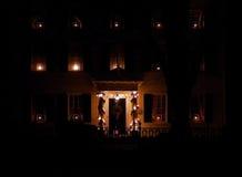 Maison décorée pour Noël la nuit Image stock