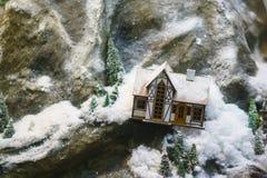 Maison décorative dans les montagnes, la disposition photographie stock libre de droits