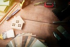 Maison décorative, pinceaux, conception intérieure Texture en bois et accessoires témoin Petits panneaux témoin de couleur Image  Images libres de droits