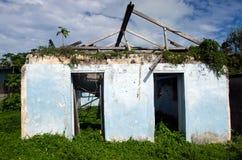 Maison détruite de cyclone Pat dans le cuisinier Island de lagune d'Aitutaki Image libre de droits