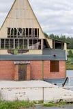 Maison détruite sur une rivière Photo libre de droits