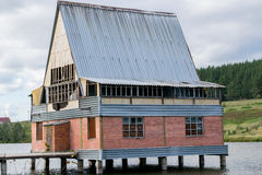 Maison détruite sur une rivière photographie stock libre de droits