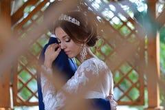 Maison d'été d'insude de huggin de jeunes mariés photographie stock