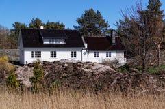 Maison d'été en bois blanche norvégienne Photos stock