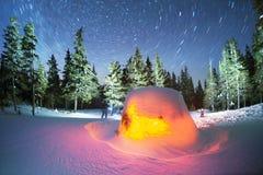 Maison d'étoile dans les montagnes photos libres de droits
