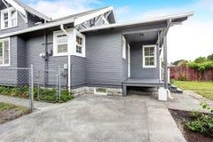 Maison d'arrière-cour avec l'équilibre de voie de garage, porche en bois de plancher, passage couvert concret Images libres de droits