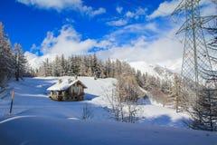 Maison d'hiver avec la neige Photo stock