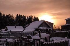 Maison d'hiver de coucher du soleil de nature photos stock