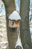 Maison d'oiseau. Élevage de cabine sur l'arbre Images stock