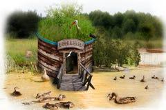Maison d'oiseau sur le lac Image libre de droits
