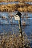 Maison d'oiseau sur un courrier de barrière Photo stock