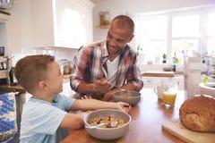 Maison d'And Son At de père mangeant le petit déjeuner dans la cuisine ensemble Images libres de droits