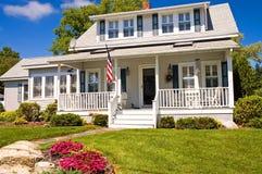 Maison d'été avec le porche Photographie stock