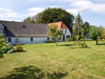 Maison danoise type de pays avec le jardin Image stock