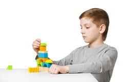Maison de bâtiment de garçon faite de blocs en bois Image stock
